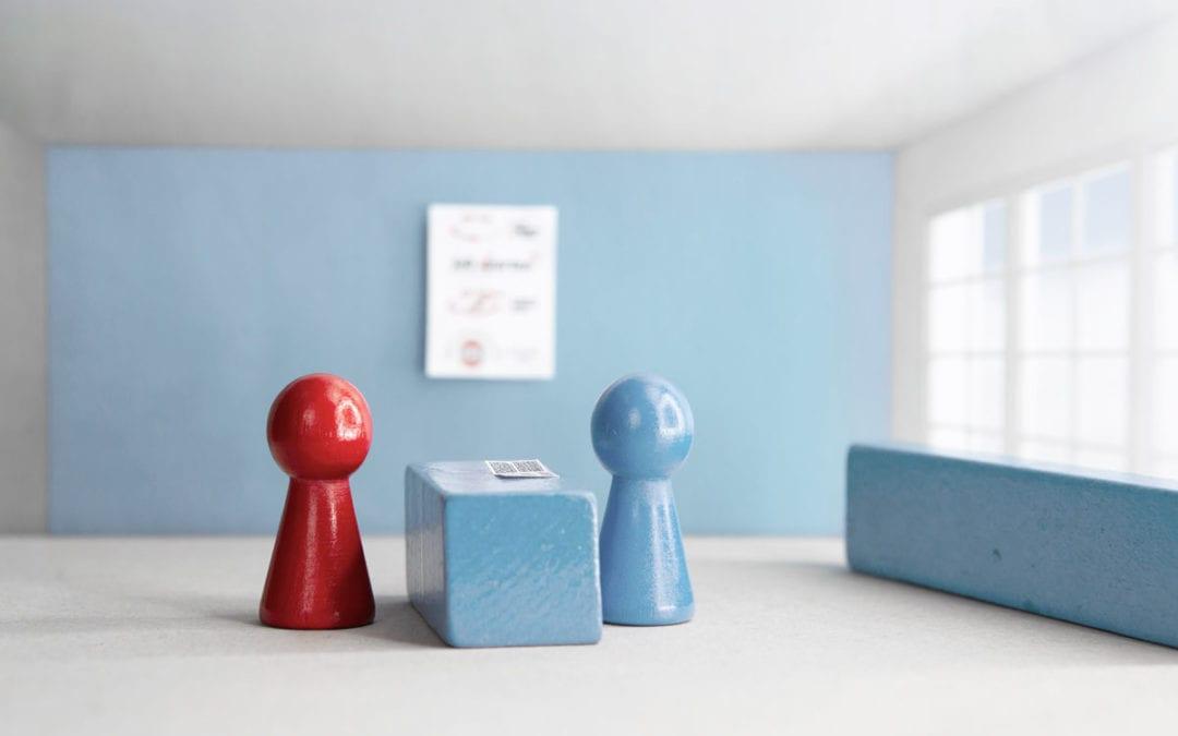 Holzspielkegel in rot und blau
