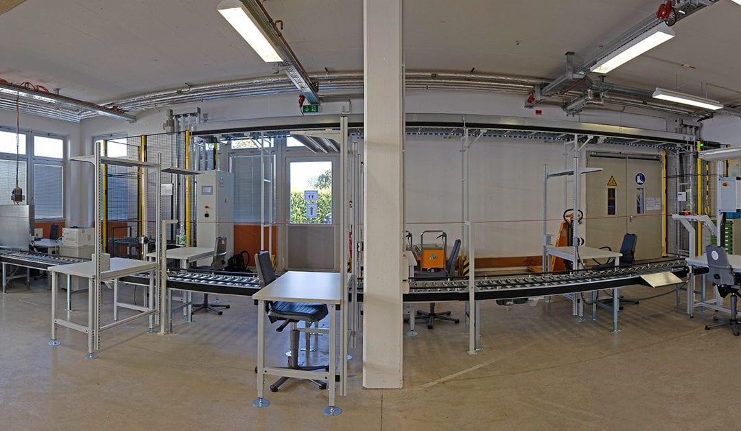 Panoramabild von einer Halle mit einer Rollenbahn