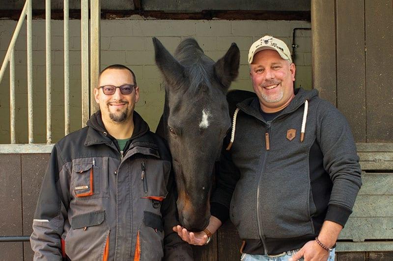 Zwei Männer und ein Pferd
