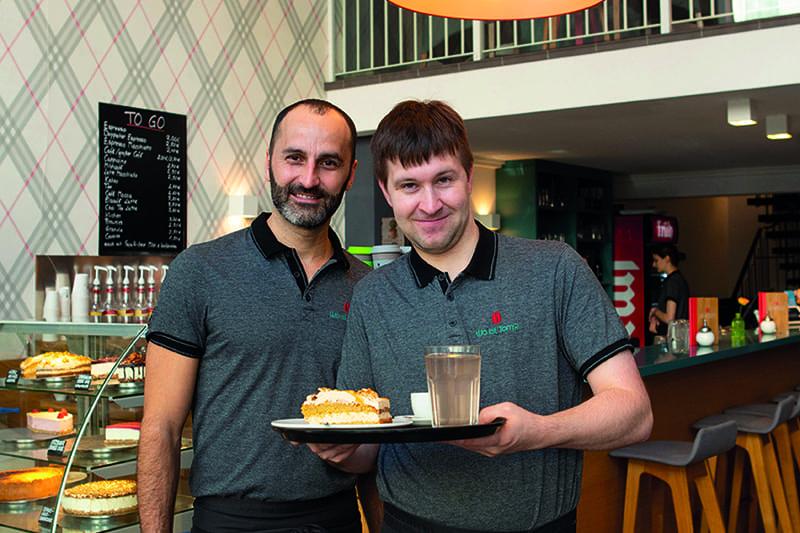 Zwei Männer, die sich in einem Café befinden