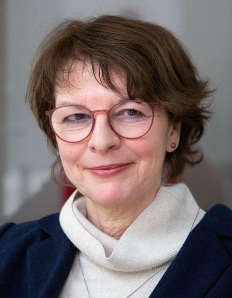 Porträt einer lächelnden Frau mit Brille
