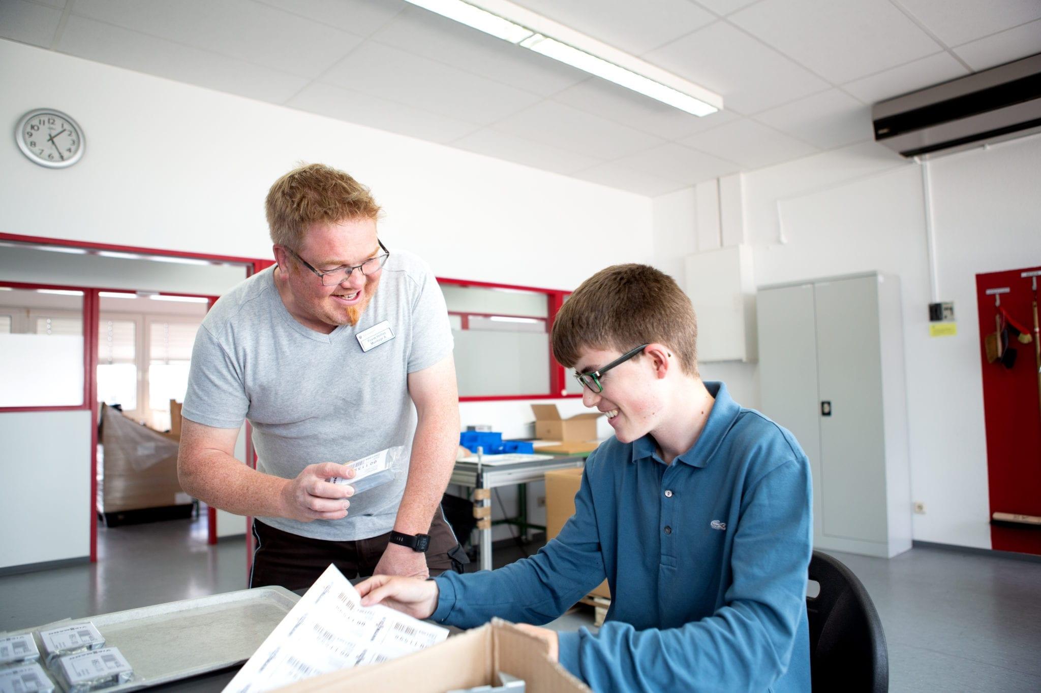 Zwei Männer unterhalten sich bei der Arbeit