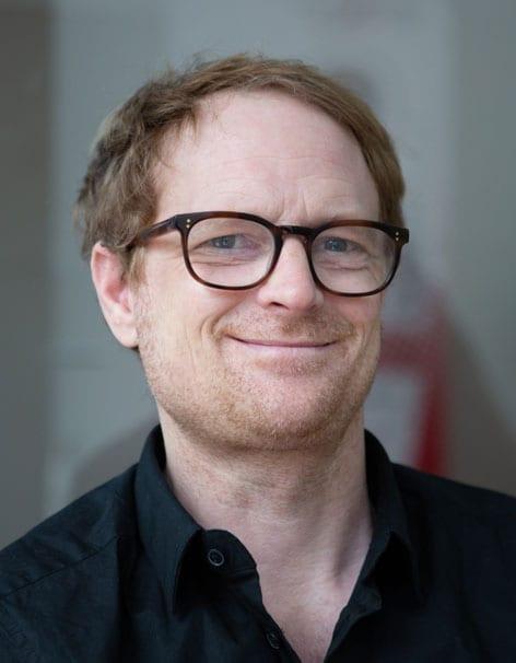 Porträt eines lächelnden Mannes mit Brille