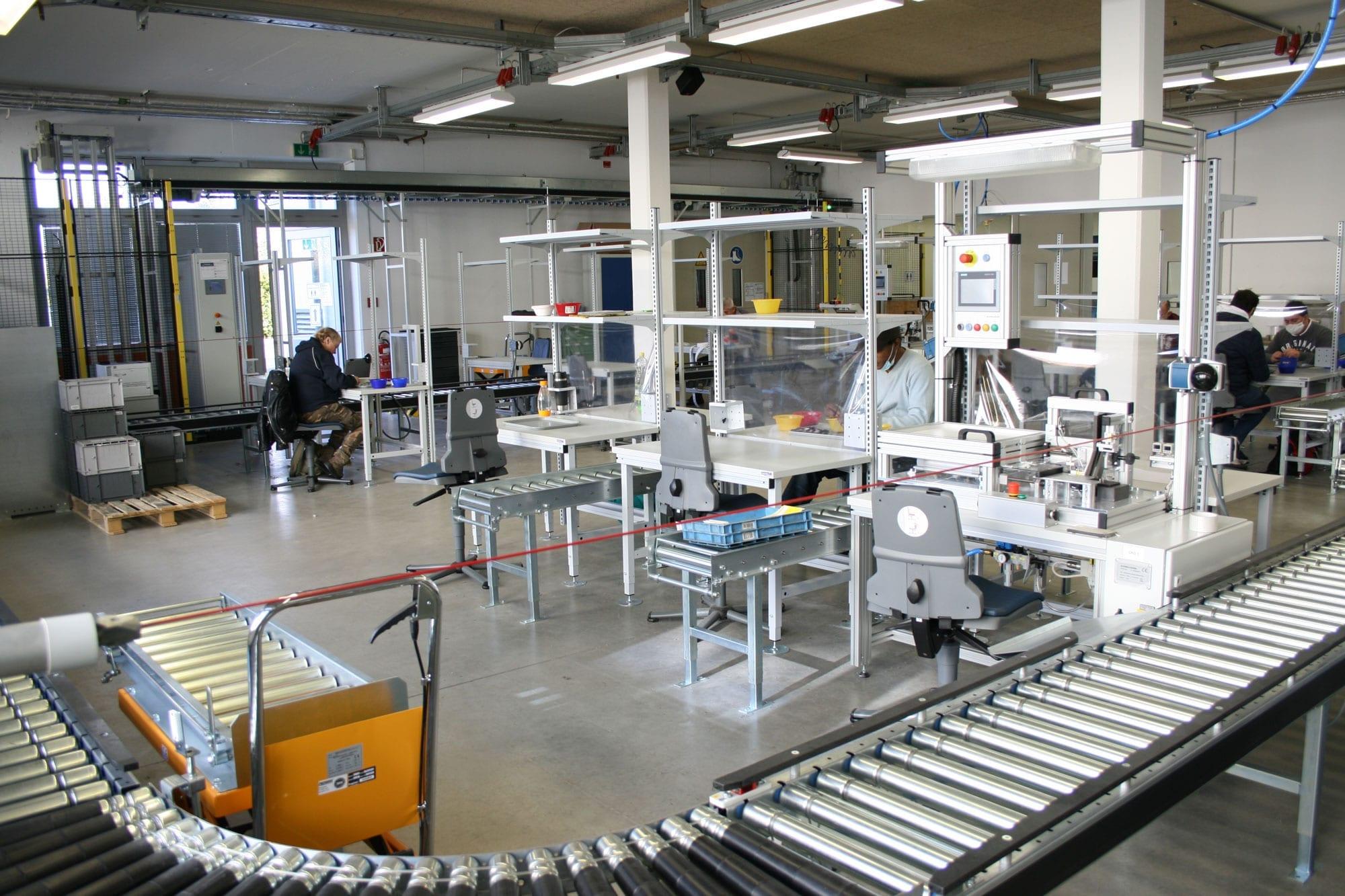 Rollband in einer Halle, in der Industrie- und Elektromontage betrieben wird