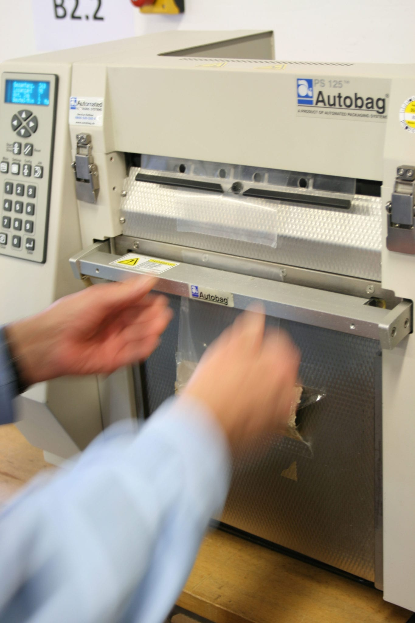 Zwei Hände, die eine Maschine bedienen