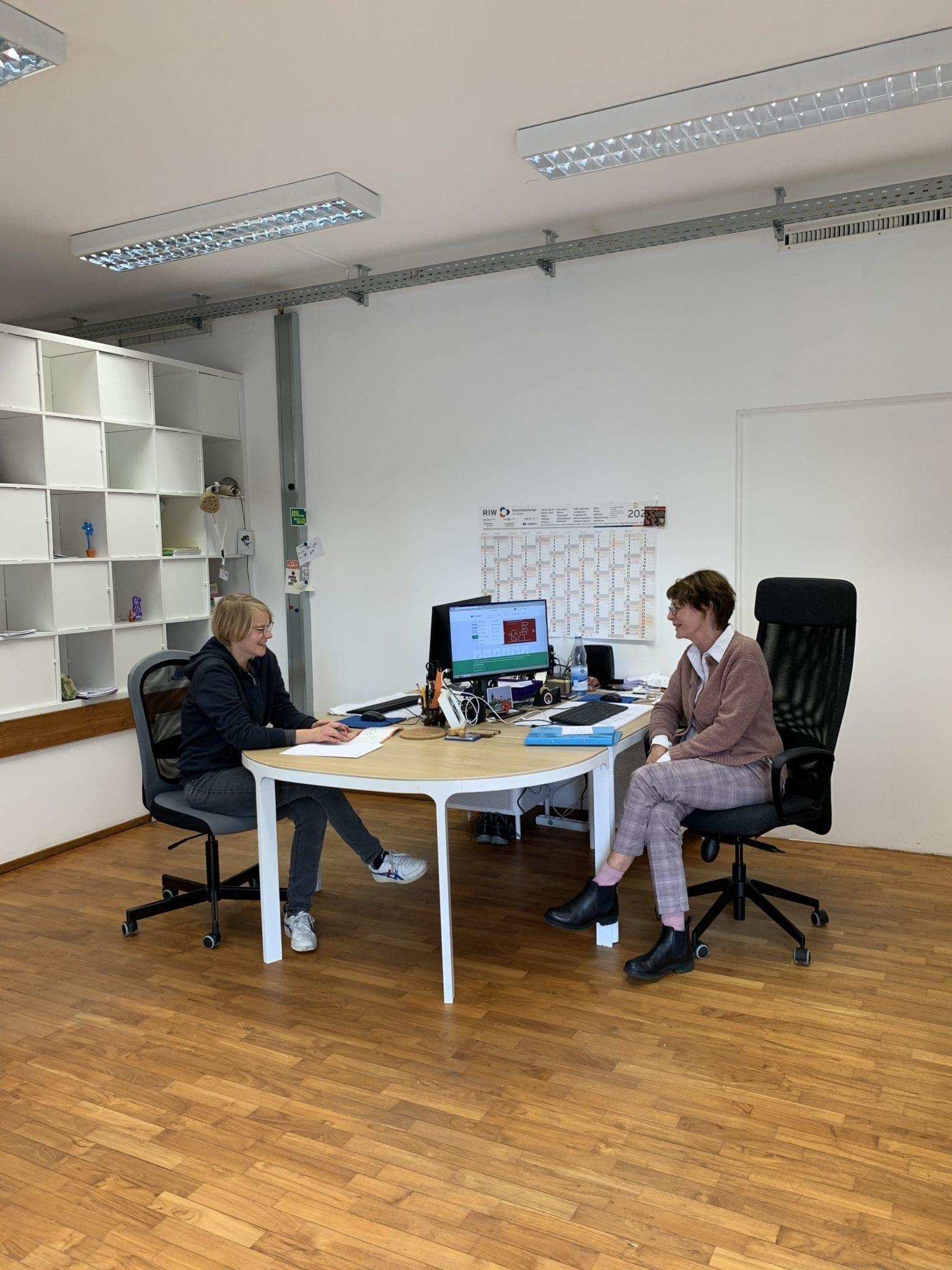 Zwei Frauen in Beratungssituation