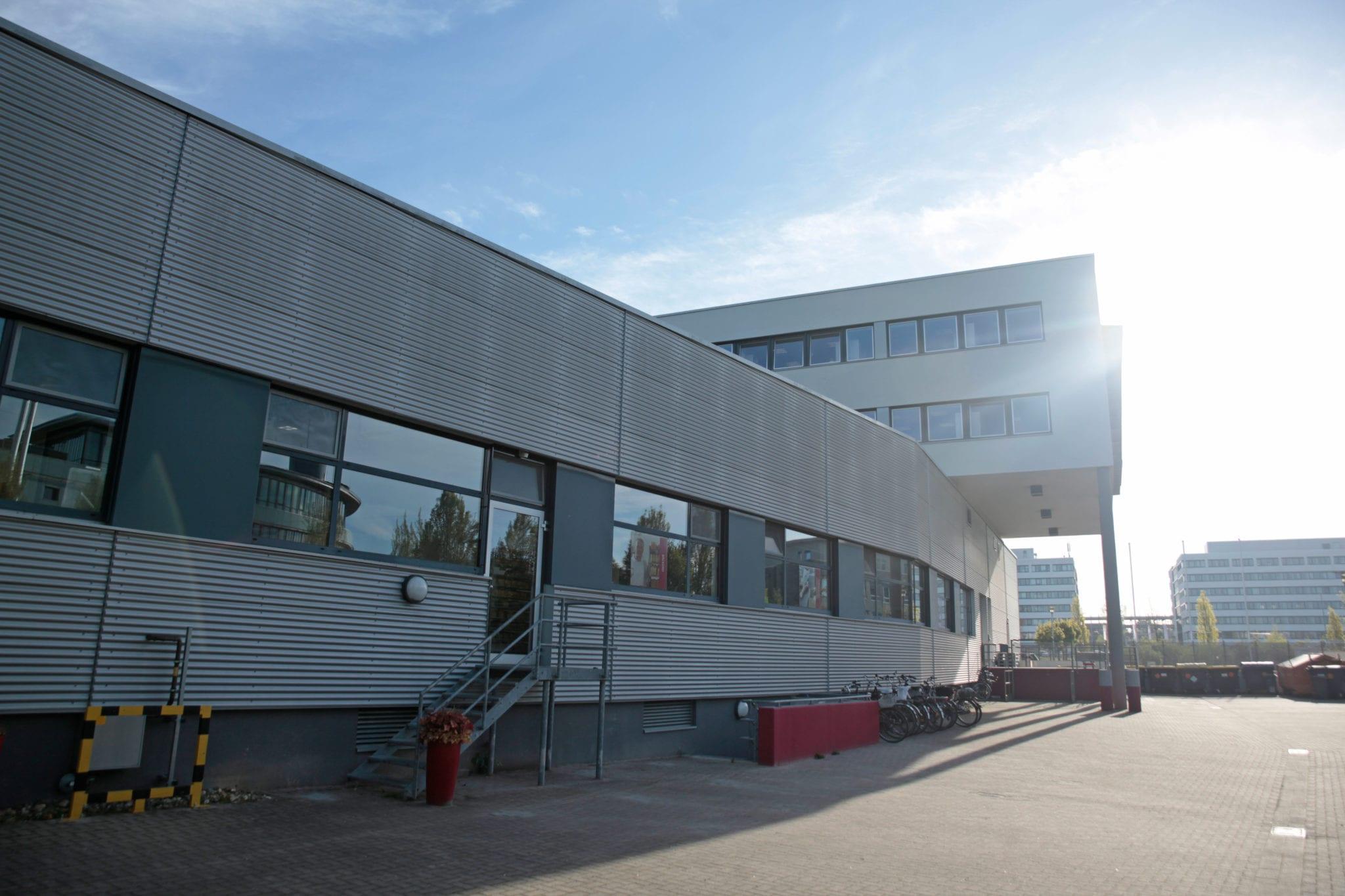 Das Gebäude des AlexProWerks von außen.
