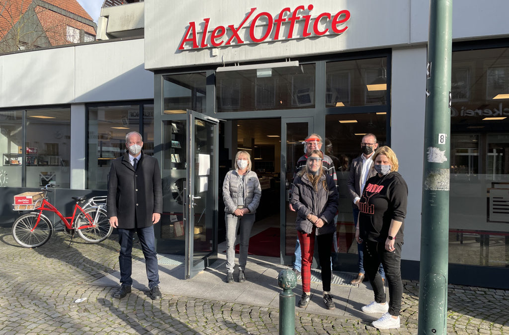 """CDU-Abgeordneter Daniel Hagemeier (l.) besuchte am Montag das AlexOffice und den """"Onkel Alex"""" in Telgte."""