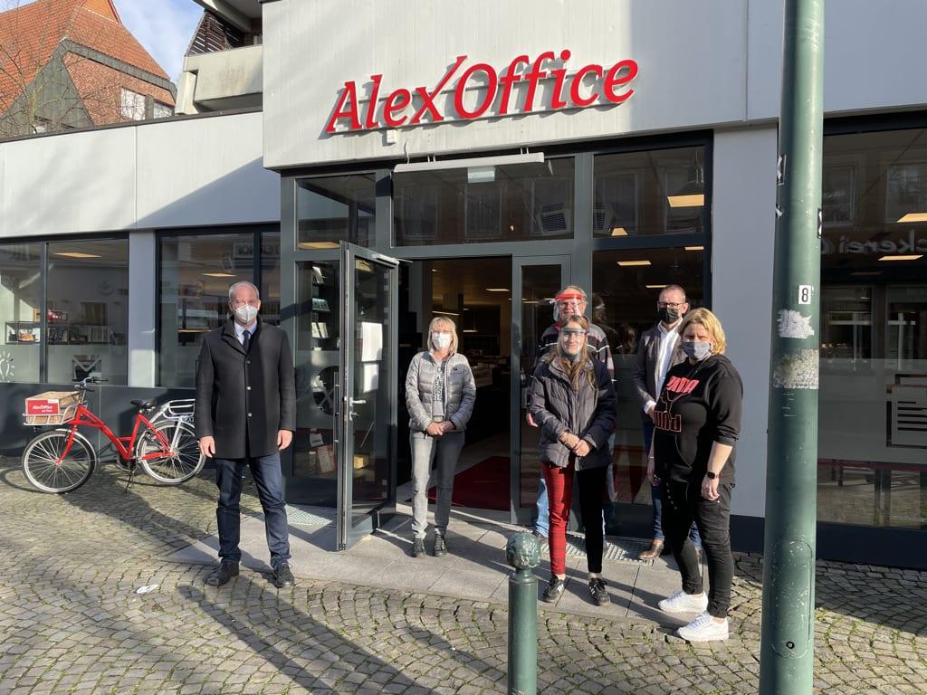 Mitarbeiter des AlexOffice in Telgte stehen draußen vor dem Haupteingang zusammen mit dem CDU-Abgeordneten Daniel Hagemeier.