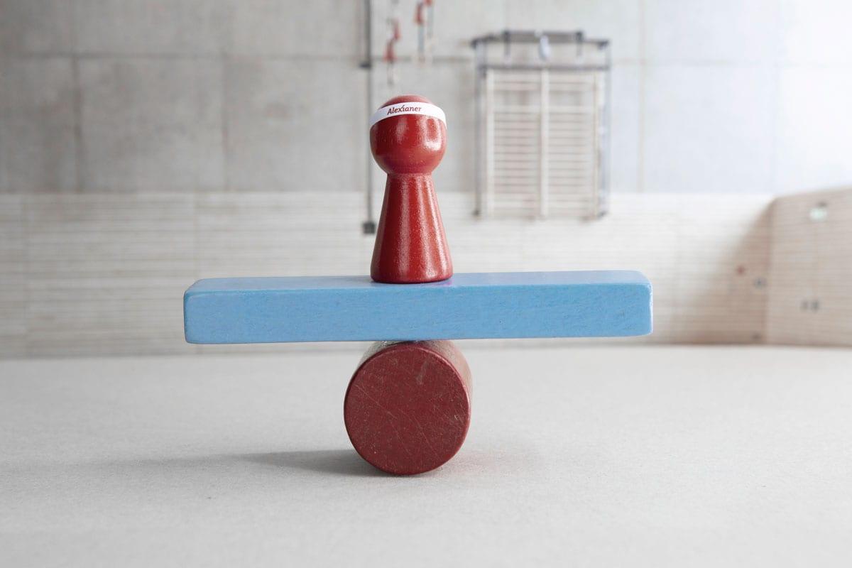 Holzspielfiguren in rot und blau