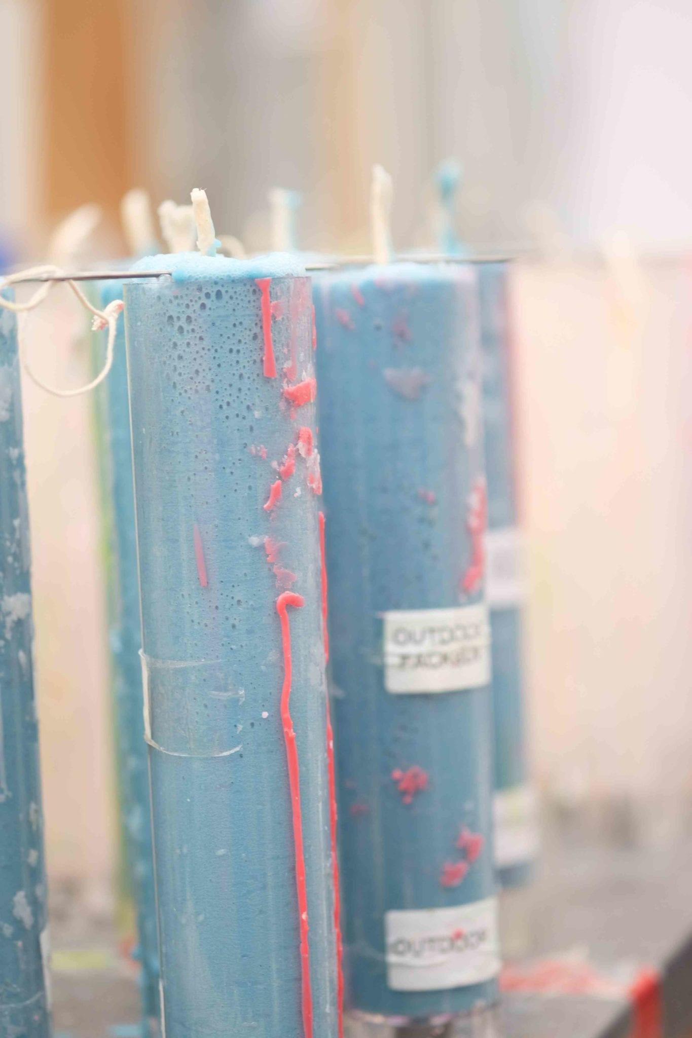Kerzenhülsen aus Kunststoff mit hell-blauem Wachs.