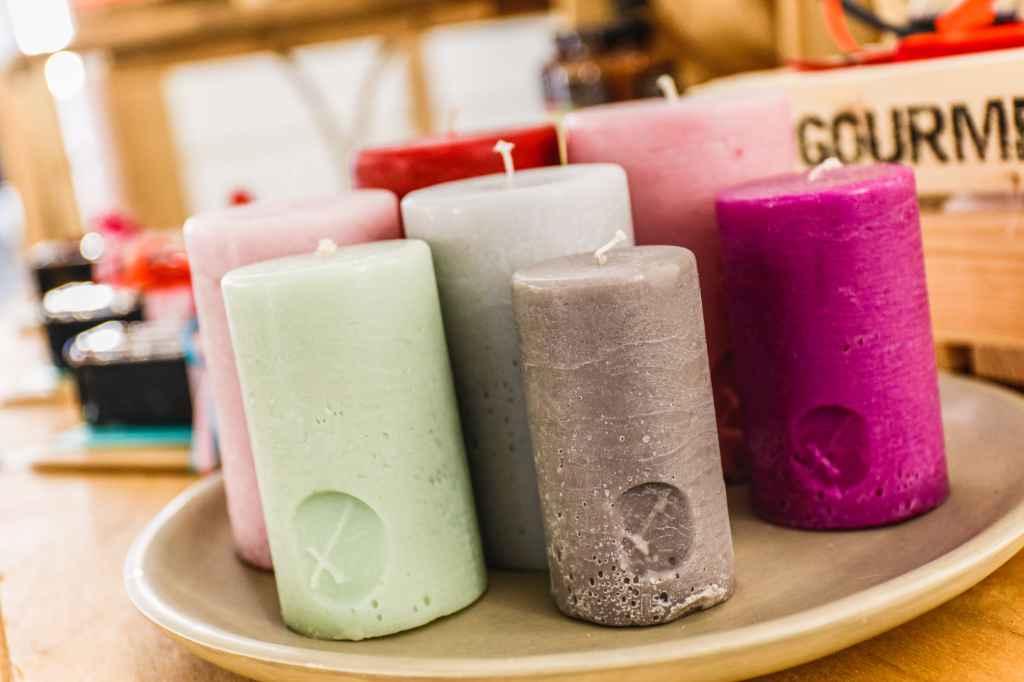 Mehrere Kerzen auf einer Deko-Schale.