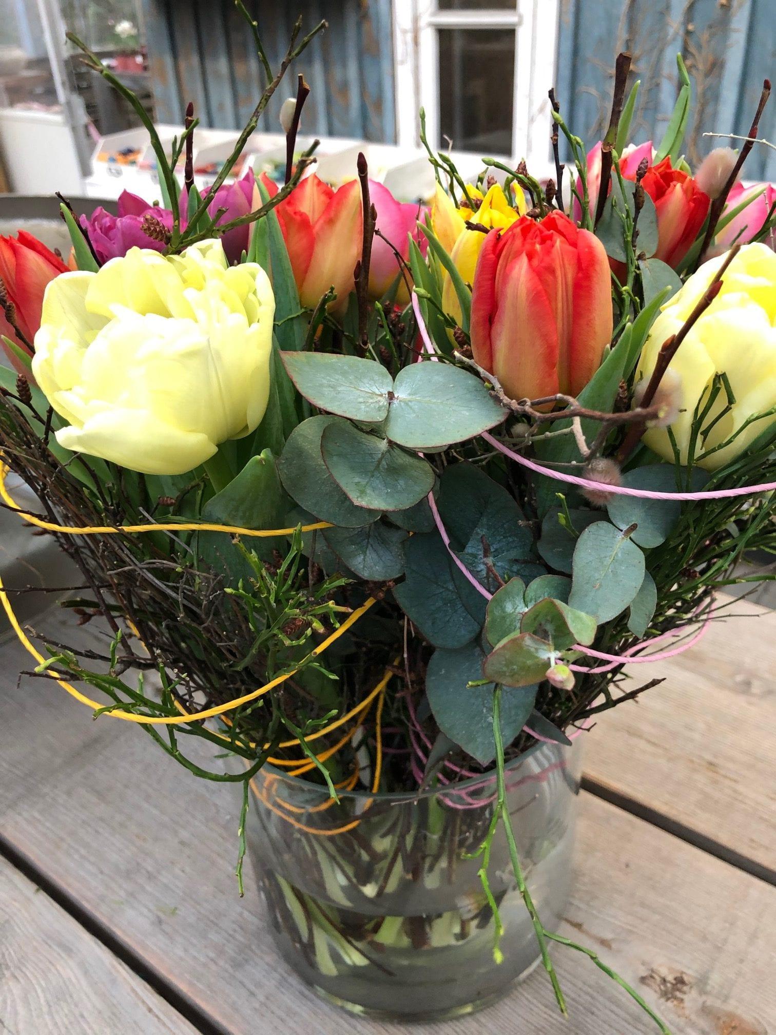 Bunte Blumen gebunden zu einem kleinen Strauß.