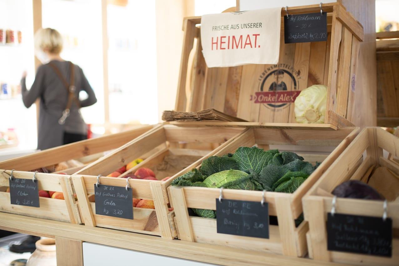 Gemüse liegt in Holzkisten im Verkaufsraum.