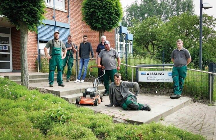 Das Gala-Team der Alexianer Werkstätten pflegt die Außenanlagen von WESSLING in Altenberge.